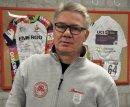 Im Trainerzimmer des Olympiastützpunktes freut sich Michael Beckert über die im Bilderrahmen hinter ihm hängenden Siegertrikots mit Dankesgrüßen von Lisa Klein.