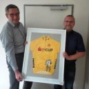 Joachim Gille (li) erhält ein Führungstrikot des SV-Cup aus den Händen von Knut Wesser