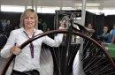 Hoch hinaus will Vera Hohlfeld mit ihrem Team, aber nur im Spaß, mit diesem Hochrad.
